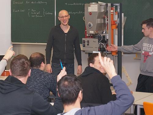 Lehrer unterrichtet eine Klasse im Heizungsbau